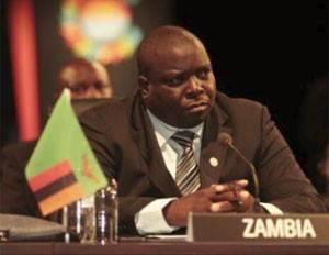 Ministro de Zâmbia é multado por usar o celular em treino de futebol