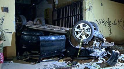 Motorista perde controle na saída de motel, e carro cai de altura de 5 m