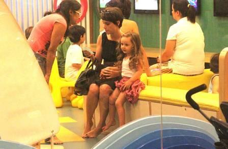 Murilo Benício e Débora Falabella unem as famílias para viagem de fim de ano