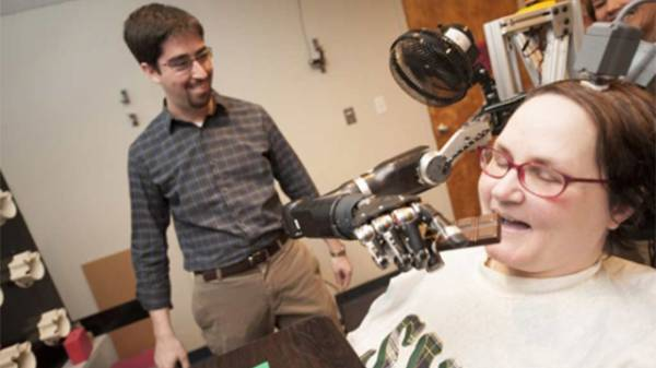 Quadriplégica consegue mover seu braço mecânico com a mente