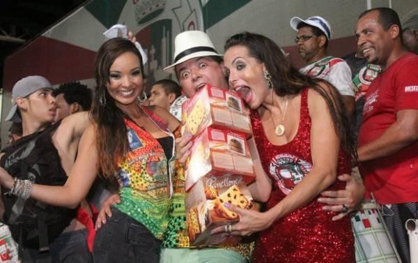 Vestidinho de rainha sobe demais em ensaio cheio de famosos no Rio; fotos