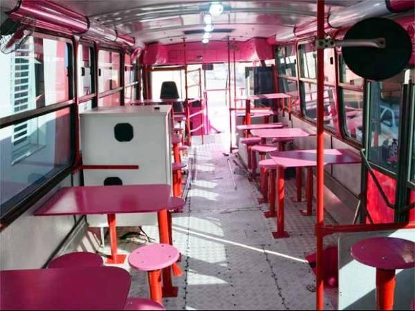 Casal gasta R$ 165 mil e transforma ônibus em lanchonete