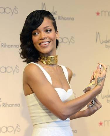 Rihanna lança seu perfume novo em loja da Califórnia