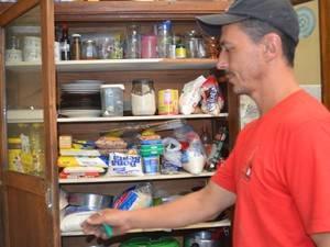 Família procura caverna e estoca comida à espera do fim do mundo
