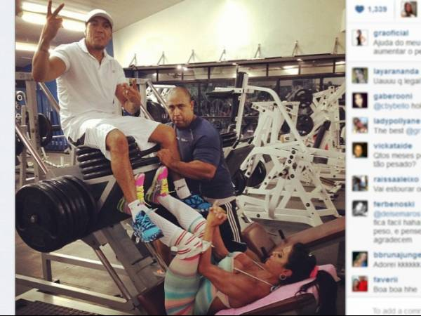 Gracy Barbosa levanta Belo com as pernas para endurecer bumbum