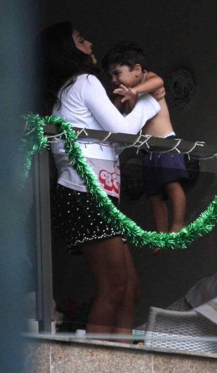 Juliana Paes brinca com o filho e enfeita a varanda para o Natal