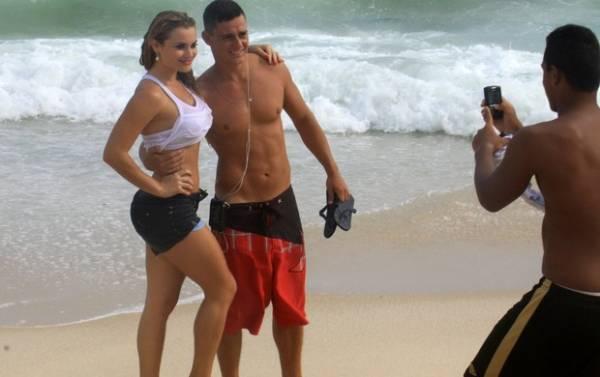 Molhada, coelhinha da Playboy mostra demais em dia de foto