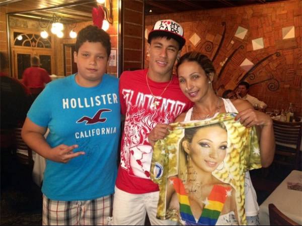 Neymar autografa camisa e presenteia Valesca Popozuda