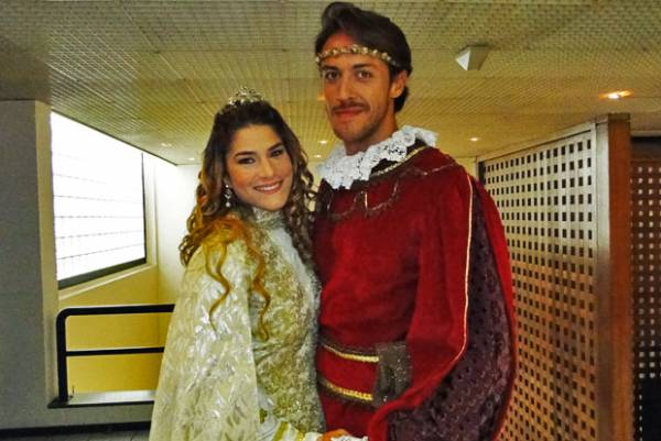 Priscila Fantin faz par romântico com marido no 1º trabalho dele na Globo
