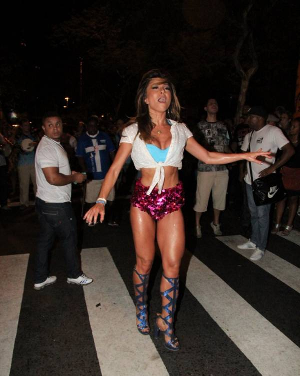 Sabrina Sato usa look curtíssimo e mostra as pernas em noite de samba