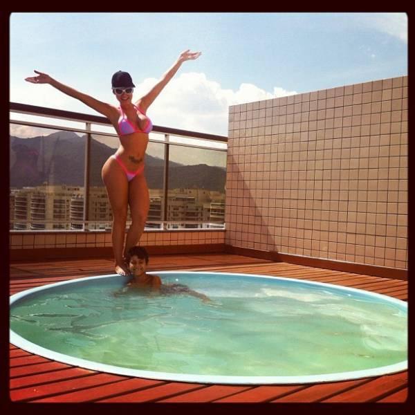 Andressa Urach vai a piscina com o filho: