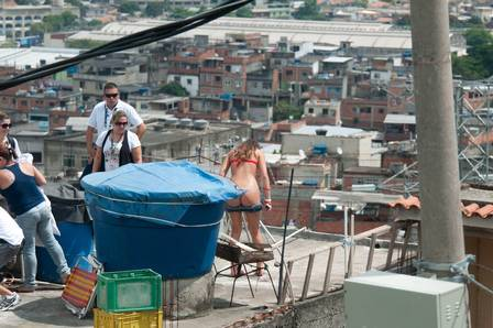 Bruna Marquezine grava de biquíni no Complexo do Alemão; fotos