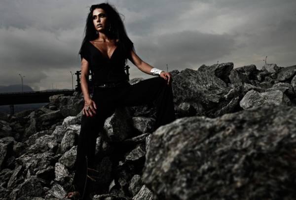 Gracyanne Barbosa posa em clima de fim do mundo