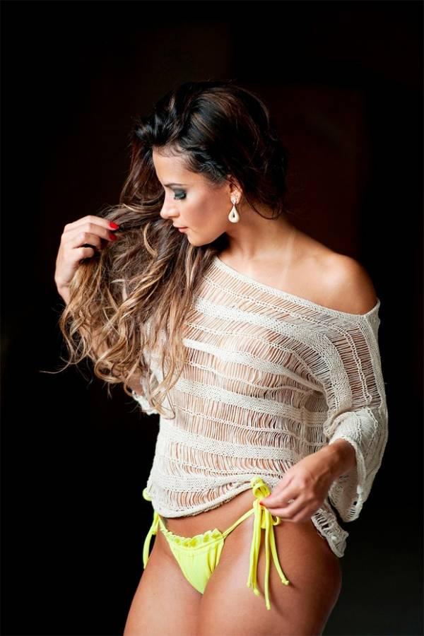 Lucilene Caetano posa com os seios quase à mostra