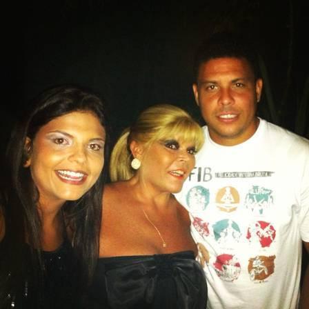 Ronaldo ganha beijo duplo na bochecha de lindas gaúchas em festa