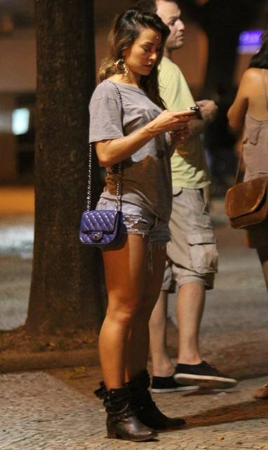 Sato aproveita a noite com amigos usando short bem curtinho