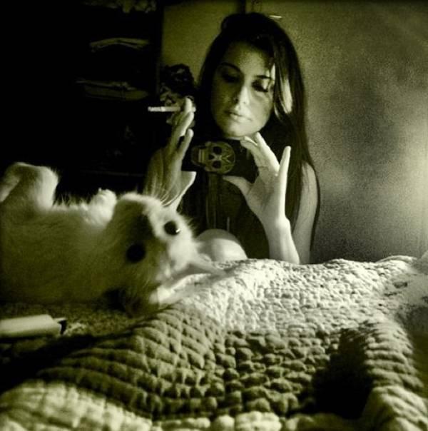 Alinne Moraes aparece fumando em fotos postadas pelo namorado