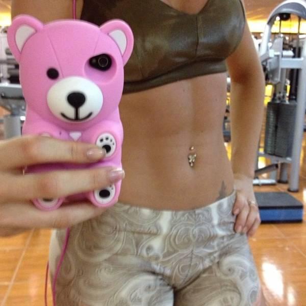 Carol Narizinho faz exercício e deixa barriga sarada à mostra