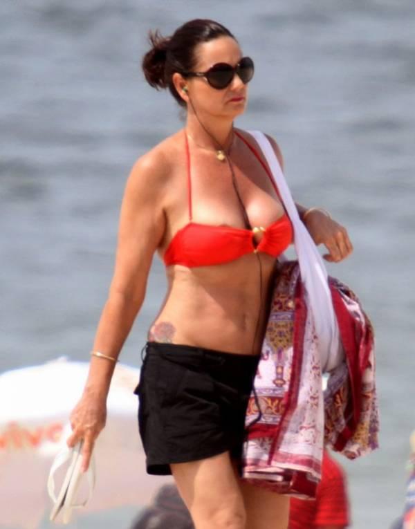 Com tudo em cima, Luiza Brunet aproveita verão em praia carioca e quase mostra demais
