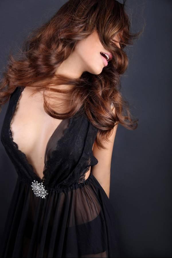 De lingerie, ex-BBB Gyselle Soares posa em estúdio de Paris