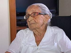 Dona Canô pede e ganha vestido branco para deixar hospital