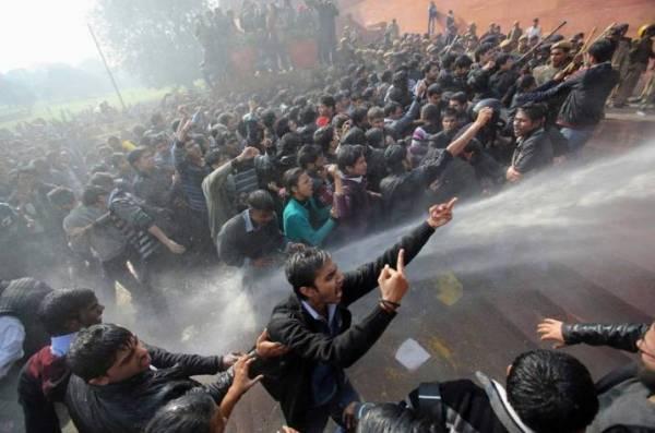 Estupro coletivo em ônibus enfurece indianos e leva multidão às ruas para protestar contra ato