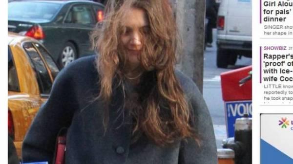 Katie Holmes é flagrada com os cabelos desgrenhados em Nova York