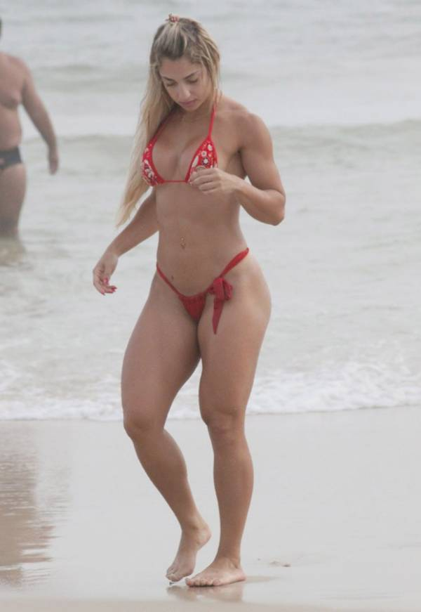 Priscila Freitas, participante do Miss Bumbum, usa microbiquíni em praia