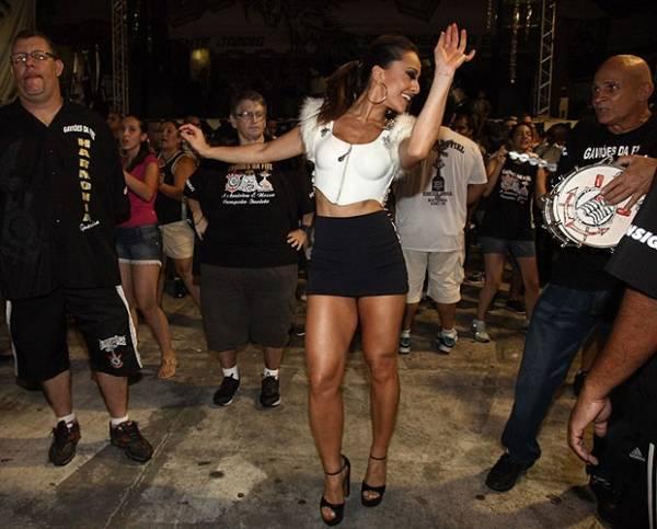 Sabrina Sato dá show de samba com pernão à mostra em quadra