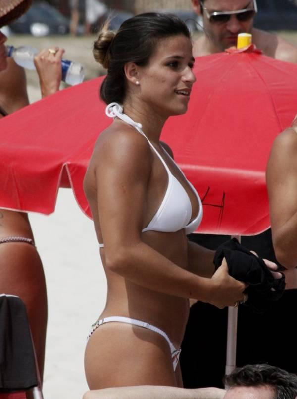 Superbronzeada, Jade Barbosa vai à praia e exibe marquinha de biquíni