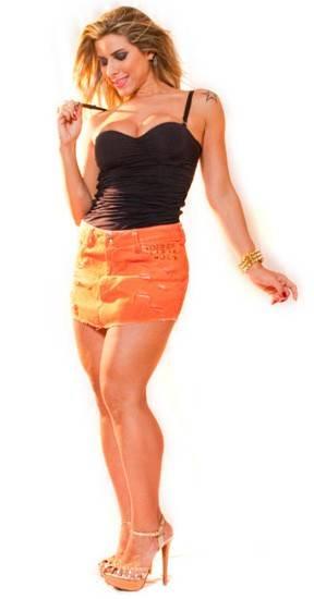 Ana Paula Minerato posa de vestido curtinho para campanha de moda