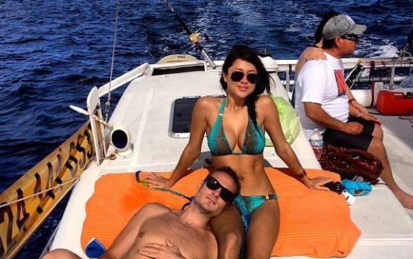 Arianny passeia de barco e exibe decote generoso em férias no México