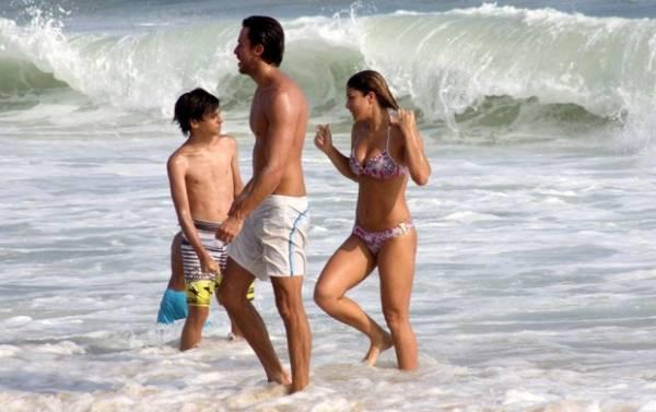 Priscila Fantin curte chamego com marido em praia do Rio