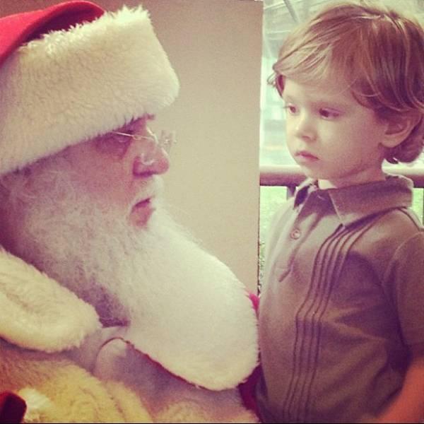 Adriane Galisteu mostra filho encantado pelo Papai Noel