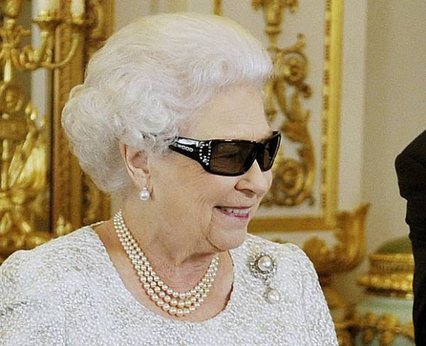 Aos 86 anos, Rainha Elizabeth II experimenta um óculos 3D; foto