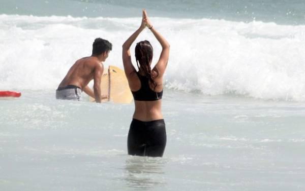 Clima zen: Juliana Didone medita no mar da Barra da Tijuca, no Rio