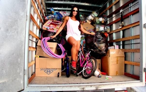 Gracyanne Barbosa distribui presentes em comunidade no Rio