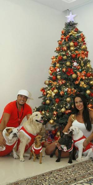 Gracyanne Barbosa e Belo começam as sua celebrações de Natal em casa