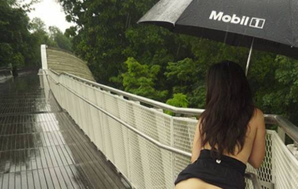 Jovem cria polêmica com poses sexy em pontos turísticos em Cingapura