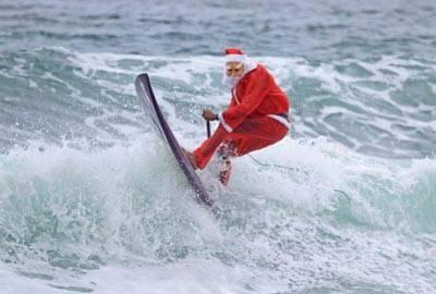 Longboarder brasileiro surfa usando roupa e máscara de Papai Noel