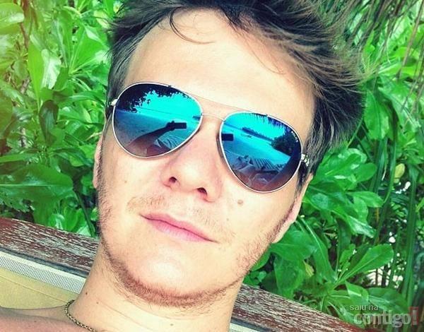 Michel Teló aproveita férias ao lado de Thais Fersoza em praia