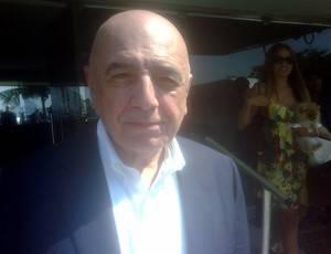 No Rio, Galliani sorri após pergunta sobre Robinho no Fla: