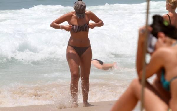Patrícia Poeta mergulha com o marido em praia do Rio