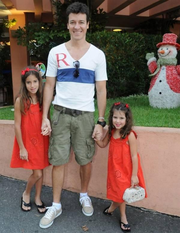 Rodrigo Faro leva Clara e Maria para ver a caçulinha em maternidade