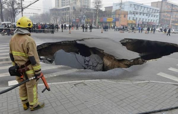 Buraco misterioso aparece em cruzamento em cidade chinesa