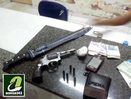 Força Tática prende acusado de homicídio e encontra arma, dinheiro e crack