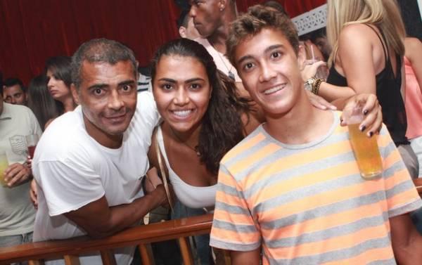 Romário curte com filhos show que teve a presença de Fred