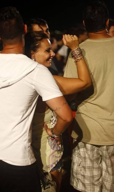 Vivi Araújo e Radamés dançam coladinhos e trocam beijos em show