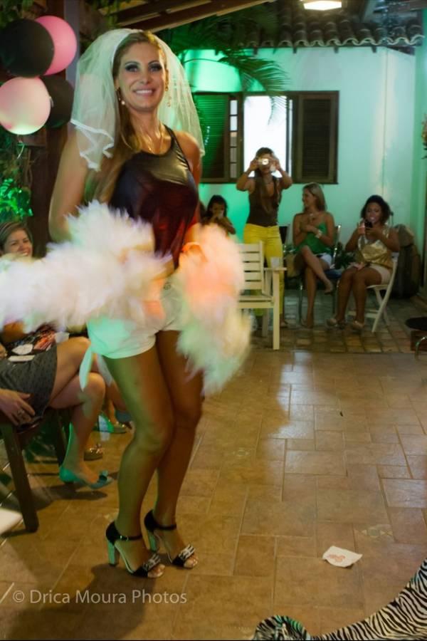 Ângela Bismarchi faz chá de lingerie a três dias do casamento