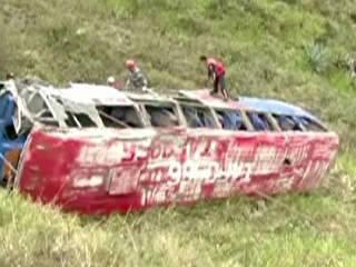 Ônibus cai em ribanceira, mata mais de 10 e deixa feridos no Equador